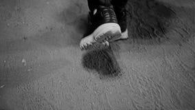 Close-up van vrouwen` s voeten in tennisschoenen Het meisje is op een landweg Gestileerd als een oude film stock footage