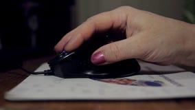 Close-up van vrouwenhand met muis stock videobeelden
