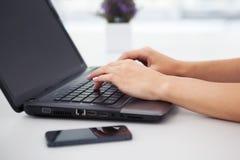 Close-up van vrouwenhanden die met laptop werken Royalty-vrije Stock Fotografie