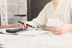 Close-up van vrouwenhanden die op calculator tellen Royalty-vrije Stock Afbeelding