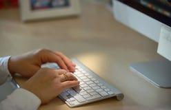 Close-up van vrouwenhanden die slimme telefoon in bureau met behulp van stock fotografie