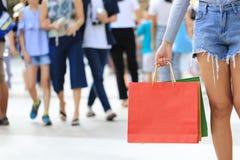 Close-up van vrouwenholding het winkelen zakken met status bij depa royalty-vrije stock foto's