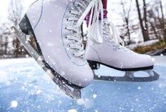 Close-up van vrouwenijs die op een vijver schaatsen stock foto
