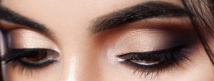 Close-up van vrouwenoog wordt geschoten met avondmake-up die Lange wimpers De ogen van Smokey Stock Afbeeldingen