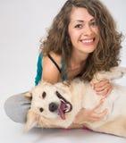 Close-up van vrouwenzitting met haar die hond op wit wordt geïsoleerd stock foto's
