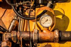 Close-up van vuile hydraulische machine met drukklok royalty-vrije stock foto's