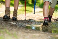 Close-up van wandelaarbenen die trekkingslaarzen dragen Stock Foto