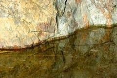 Close-up van water en een grote rots in een getijdenpool Royalty-vrije Stock Afbeelding