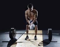 Close-up van weightlifter die handen slaan vóór barbelltraining bij Royalty-vrije Stock Foto's