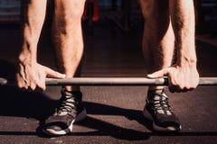 Close-up van weightlifter die handen slaan vóór barbelltraining bij de gymnastiek Stock Afbeeldingen