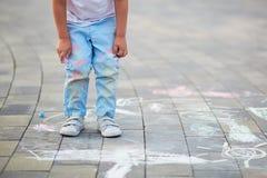 Close-up van weinig die jongens` s broek met krijt wordt bevlekt stock foto's