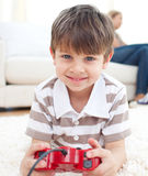 Close-up van weinig jongen het spelen videospelletjes Royalty-vrije Stock Afbeelding