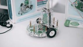 Close-up van weinig met de hand gemaakte stuk speelgoed auto Kinderenauto van bouw en elektronische componenten wordt gemaakt die stock video