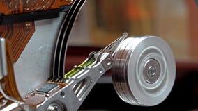 Close-up van werkende computerharde schijf lezing en het schrijven gegevens stock videobeelden