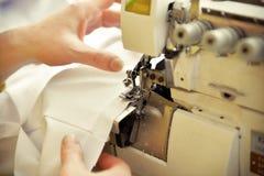 Close-up van werkende naaimachine royalty-vrije stock afbeeldingen