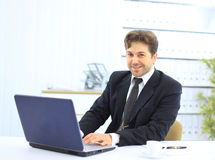 Close-up van werknemer in het bureau royalty-vrije stock afbeeldingen