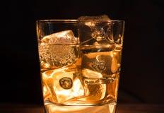 Close-up van whisky met ijsblokjes in glas op donkere achtergrond a royalty-vrije stock fotografie