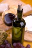 Close-up van wijnfles met voedsel en glas royalty-vrije stock afbeelding