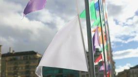 Close-up van witte banner, bewolkte blauwe hemelachtergrond, symbool van oorlog en vrede stock footage