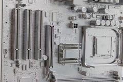 Close-up van witte elektronische kringsraad Witte moeder of hoofdraad op muur stock afbeeldingen