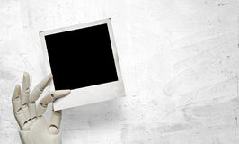 Close-up van witte houten hand met polaroidkader Stock Foto's