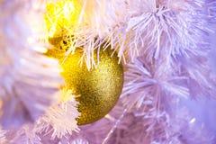 Close-up van witte Kerstboom met gouden snuisterij hangend decor stock fotografie