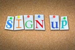 """Close-up van woorden """"Sign-up† op cork aanplakbord met kleverige nota's en gekleurde spelden Stock Foto's"""