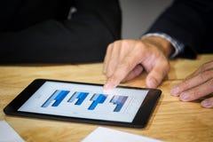 Close-up van zaken man& x27; s handen die digitale tablet richten in Li stock afbeelding