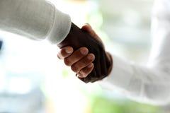 Close-up van zakenlieden die handen schudden Royalty-vrije Stock Foto