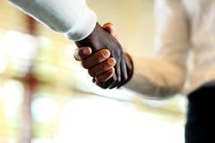 Close-up van zakenlieden die handen schudden Royalty-vrije Stock Fotografie