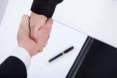 Close-up van zakenlieden die handen schudden Stock Foto