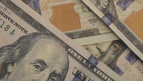 Close-up van zakenman` s handen die honderd dollarsrekeningen tellen bij een lijst De nota's van dollars sluiten omhoog Franklin  stock video
