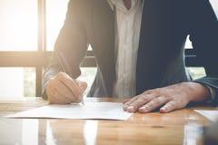 Close-up van Zakenman Signing Contract Paper met Pen, wijnoogst Royalty-vrije Stock Afbeelding