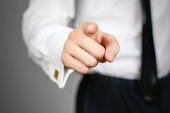 Close-up van zakenmanhand die op u, op grijze bedelaars richten royalty-vrije stock foto's