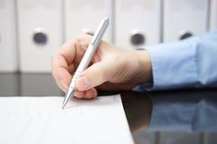 Close-up van zakenmanhand met pen wanneer het ondertekenen van document Busi Stock Foto