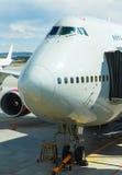 Close-up van zeer groot wide-body vliegtuig die op het slepen, met verbonden slepen-vrachtwagen worden voorbereid royalty-vrije stock fotografie