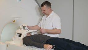 Close-up van zich het mannelijke geduldige bewegen in een CT-Scanner wordt geschoten die Medische apparatuur: de machine van de c stock video