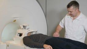 Close-up van zich het mannelijke geduldige bewegen in een CT-Scanner wordt geschoten die Medische apparatuur: de machine van de c stock footage