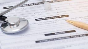 Close-up van ziektekostenverzekeringvorm, Stethoscoop en pen op een healt Royalty-vrije Stock Afbeeldingen