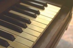 Close-up van zwart-witte pianosleutels en houten korrel met uitstekende toon royalty-vrije stock afbeeldingen