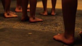 Close-up van zwarte Afrikaanse mensen die in donkere ruimte blijven Sluit omhoog mening van Afrikaanse benen op donkere achtergro stock videobeelden