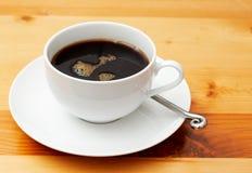 Close-up van zwarte koffie in kop Stock Fotografie