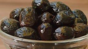Close-up van zwarte olijven in een kom stock footage