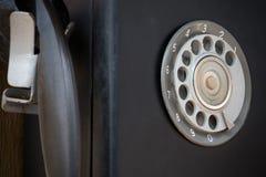 Close-up van zwarte retro uitstekende telefoon met roterend dialer of wijzerplaat-stootkussen royalty-vrije stock foto