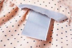 Close up vazio da etiqueta da roupa na textura da tela foto de stock royalty free