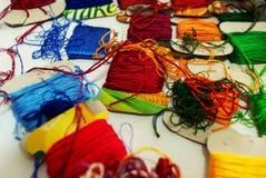 Close-up vele multicolored draden op karton royalty-vrije stock afbeeldingen