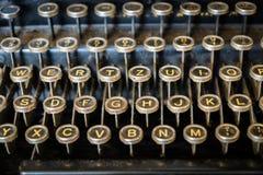 Close-up velho do teclado de máquina de escrever imagem de stock