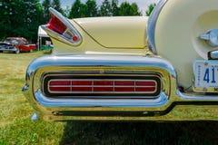 Close-up verbazend fragment van mening van achter klassieke uitstekende autolichten en lichaam Royalty-vrije Stock Foto's