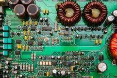 Close-up verde da placa de circuito eletrônico com formas diferentes Foto de Stock
