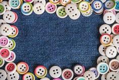 Close-up verschillende Knopen met jeansachtergrond Stock Foto's